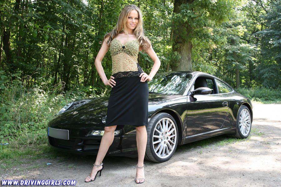 Anina is driving and revving a Porsche 911 Carrera S
